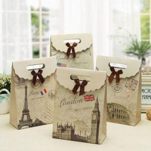In túi giấy đựng quà với nhiều loại giấy khác nhau